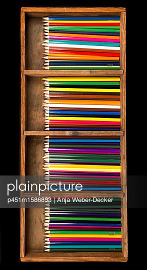 Buntsifte in Holzkiste - p451m1586893 von Anja Weber-Decker