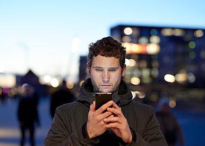 Mann mit Smartphone in der Stadt  - p1124m1216847 von Willing-Holtz