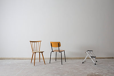 Two chairs in empty room - p834m2099188 by Jakob Börner