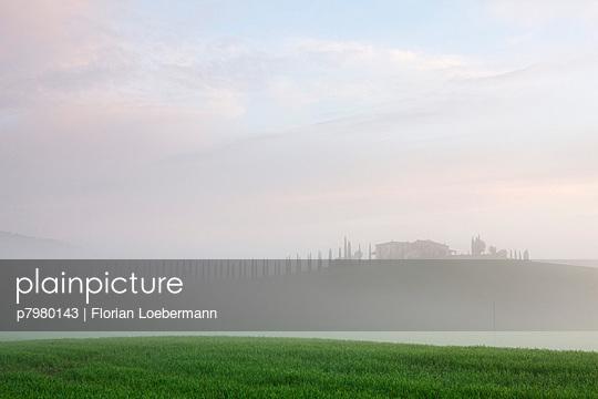 Sonnenaufgang Toskana - p7980143 von Florian Loebermann
