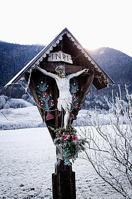 Kruzifix im Winter - p1149m1193359 von Yvonne Röder