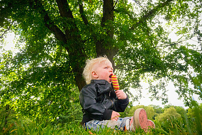 Little boy eating ice cream - p1418m2013810 by Jan Håkan Dahlström