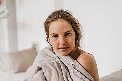 Portrait of young woman in bed - p586m1178714 by Kniel Synnatzschke