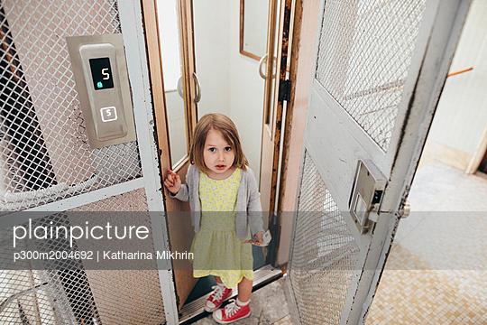 Portrait of little girl leaving lift - p300m2004692 von Katharina Mikhrin