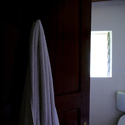Bath towel on door in the bathroom - p1105m2158328 by Virginie Plauchut