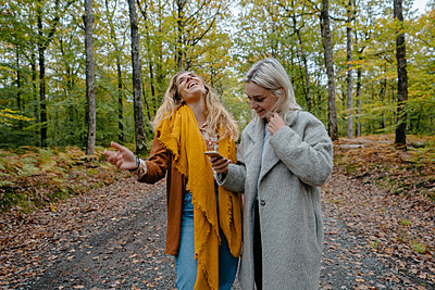 Two woman laughing after watching a funny video on Instagram - p1166m2153962 by Cavan Images