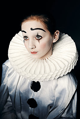 Teenage girl wearing a theatrical white Harlequin costume  - p1540m2100951 by Marie Tercafs
