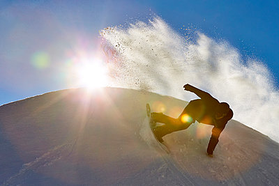 Snowboarder riding down slope, Vermont, USA - p343m1577980 by Josh Campbell