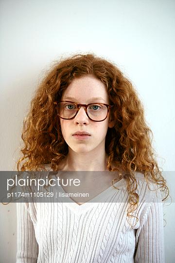 Rothaariges Mädchen mit Brille - p1174m1105129 von lisameinen