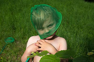 Junge mit Kescher - p1308m2057176 von felice douglas