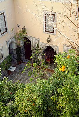 Innenhof eines Riad in Marrakesch - p1356m1540087 von Markus Rauchenwald