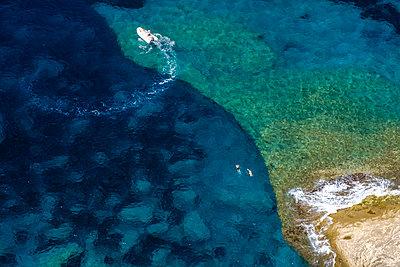 Corsica, Mediterranean coast, rocky beach - p300m2060088 von Hans Mitterer