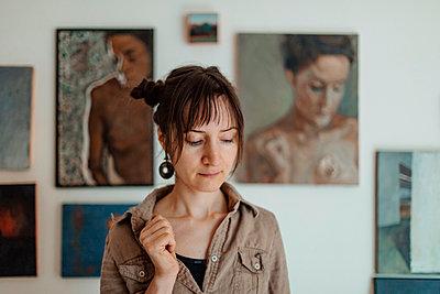 Portrait of a female painter in her studio - p300m2132354 by Oxana Guryanova