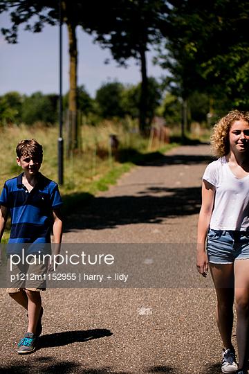 Kinder gehen über den Feldweg - p1212m1152955 von harry + lidy