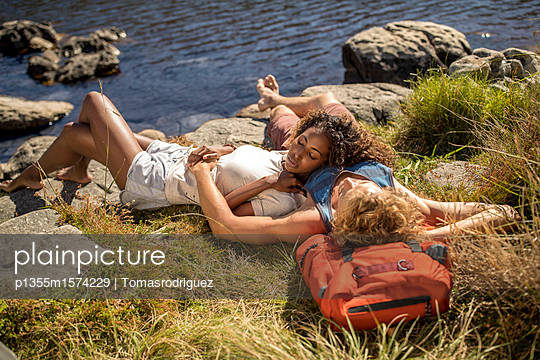 Young couple on hiking tour takes a break - p1355m1574229 by Tomasrodriguez