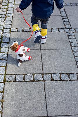 Kind mit Hund - p1308m1143576 von felice douglas