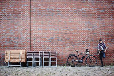 Pärchen mit E-bikes in der Speicherstadt - p300m1355940 von Roger Richter