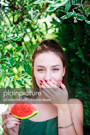 Melone essen - p1149m1591453 von Yvonne Röder
