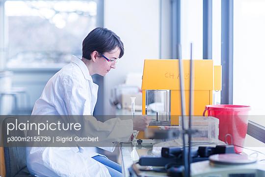 Female chemist at work - p300m2155739 von Sigrid Gombert