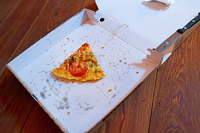 Slice of pizza - p076m1005416 by Tim Hoppe