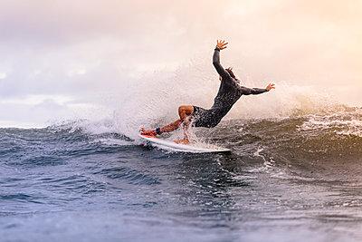Mann reitet auf einer Welle - p1108m1462982 von trubavin