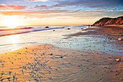 Waves washing up on rocky beach - p555m1452638 by Jihan Abdalla