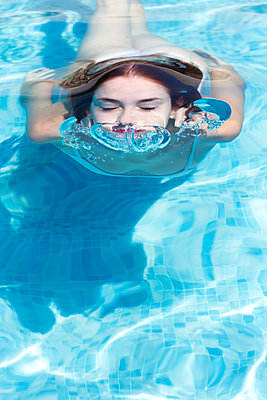 close up portrait of beautiful young woman in the water - p1166m2094701 by Cavan Images