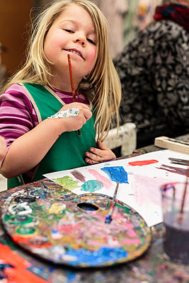 Portrait of girl during art class - p312m1229215 by Peter Rutherhagen