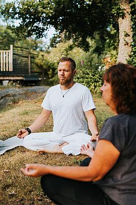People meditating in garden - p312m2208143 by Plattform