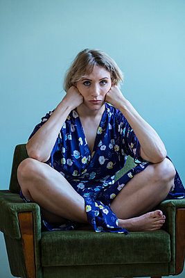 Portrait of sad woman - p427m2057398 by Ralf Mohr