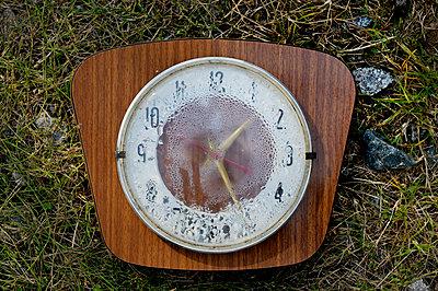 Alte kaputte Uhr - p567m1469228 von Ernesto Timor