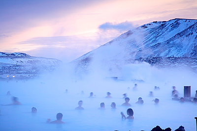 Blaue Lagune im Winter - p606m960655 von Iris Friedrich