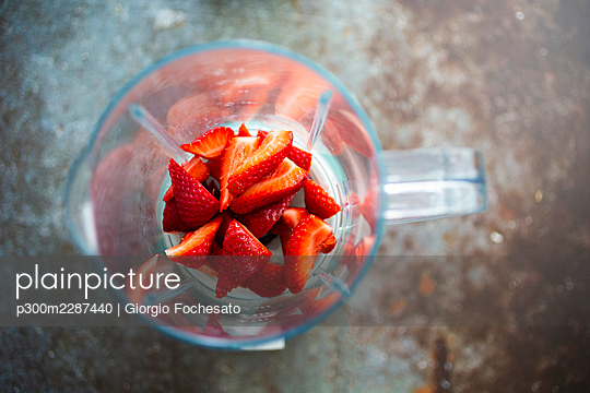 Chopped strawberries in blender - p300m2287440 by Giorgio Fochesato