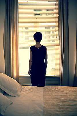 Traurige Frau am Fenster - p432m815809 von mia takahara