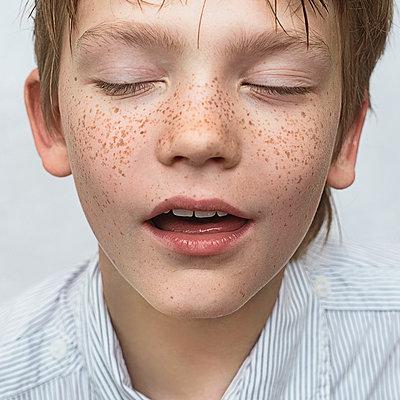 Close up of Caucasian boy with freckles - p555m1304643 by Vladimir Serov