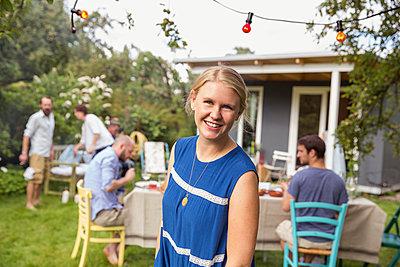Porträt einer Frau im Garten - p788m1541047 von Lisa Krechting