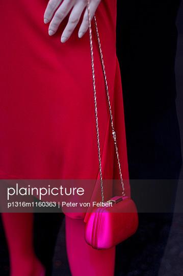 Schaufensterpuppe mit Handtasche - p1316m1160363 von Peter von Felbert