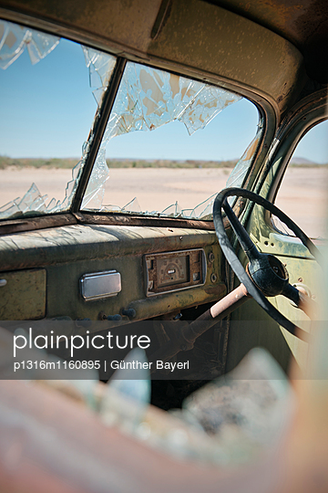 Auto wrack beim Roadhouse in der Wüste beim Fisch Fluss Canyon, Namibia, Afrika - p1316m1160895 von Günther Bayerl