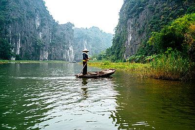 Dry Halong Bay - Ngo Dong River - p1053m967980 von Joern Rynio