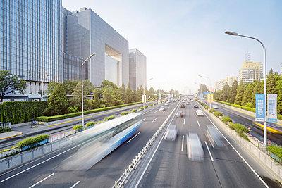 China, Beijing, traffic on road - p300m1587040 by spreephoto
