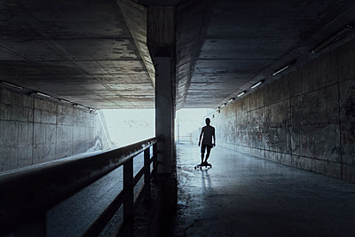Silhouette of young man longboarding in a tunnel - p300m2131692 by VITTA GALLERY