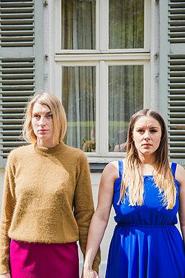 Freundinnen Hand in Hand - p904m1133647 von Stefanie Päffgen