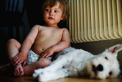 Toddler girl with dog - p972m1088608 by Felix Odell