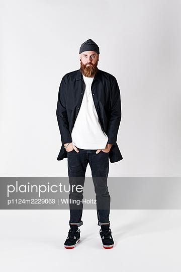 Mann in Freizeitkleidung und mit Strickmütze - p1124m2229069 von Willing-Holtz
