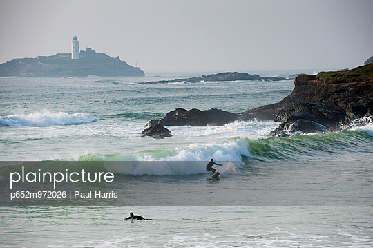 Surfers, St Ives Bay, Cornwall, England - p652m972026 by Paul Harris photography