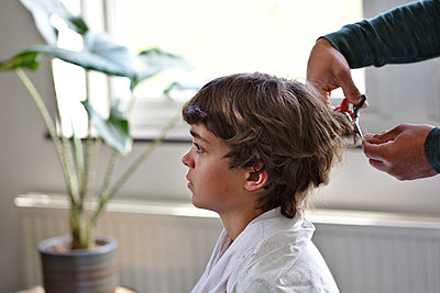 Father giving his son a haircut - p1231m2178655 by Iris Loonen