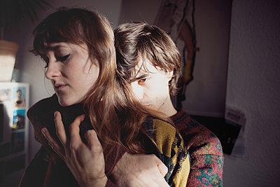 Umarmung in der Küche - p1429m1502600 von Eva-Marlene Etzel