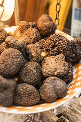 Italy, Heap of black truffles (Tuber melanosporum) on weight scale of local market - p300m2166676 by Studio 27