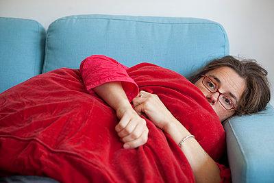 Frau hält ein Kissen - p505m943454 von Iris Wolf