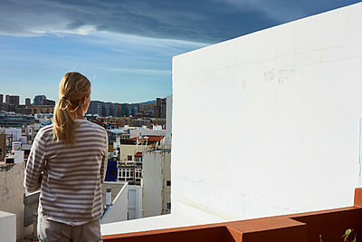 Young woman on balcony - p913m1573852 by LPF